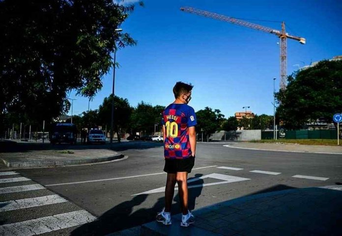 A teenager waits for Messi to cry in front of Barcelona