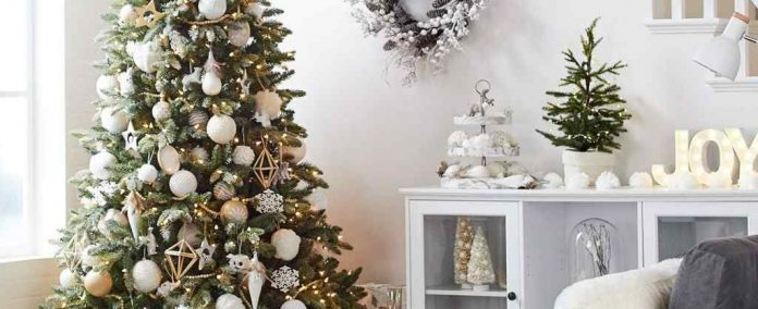 How to Decorate your Christmas Tree in Six Easy Steps